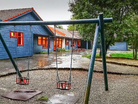 HAR KAPASITET: Politikarane i Høyanger opnar for å redusere barnehagekapasiteten i Høyanger sentrum. Det kan kome barnehagen på Kyrkjebø (biletet) til gode.