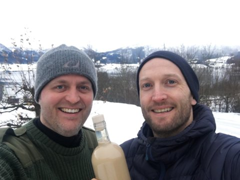 EKTE FJORDINGAR: Øyvind Løkling (t.h.) reiste over fjorden til Sandane for å finne dei som kan lage likøren,  Jann Vestby (bildet) og Synnøve Vik Bergstad i Gardsbrenneriet.
