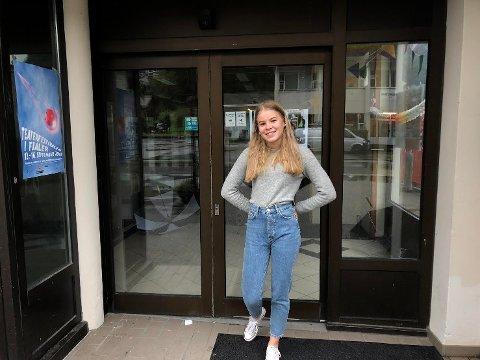 NY HENGEPLASS: Bak Ida Sofie Hauge er dørene til Fjalers nye møteplass for ungdom.