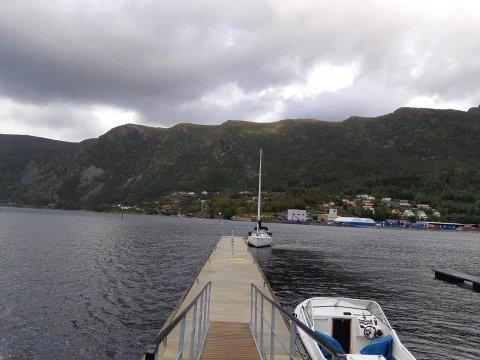 ÅLEINE: Her ligg ein seglbåt heilt åleine ytst på den kommunale kaia i Svelgen.