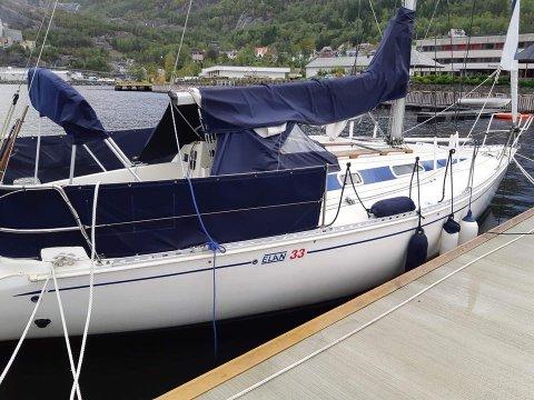 ETTERLYSE EIGAR: Politiet ber eigar av denne båten sjekke om den er sikra godt nok før stormen som kjem i kveld.