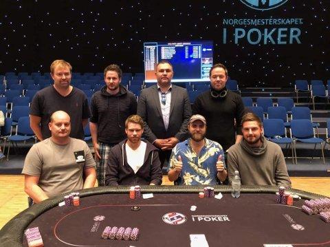 FINALEBORDET: Arild Vie (nummer tre oppe frå venstre) og Trond Bakke (nummer fire oppe frå venstre) er begge frå Førde, og hamna på finalebordet i PLO under poker-NM denne måndagen.
