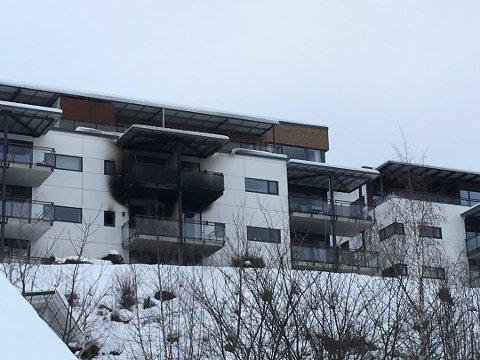 BRANNEN: Det byrja å brenne i andreetasje i ei bustadblokk på Ulvahaugane natt til søndag 20. januar. Dette bilde er frå søndag føremiddag.