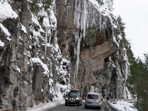 ISRAS: Det har gått to isras i regionen søndag morgon, på riskveg 5 ved Eikefjorden og på fylkesveg 55 i Høyanger. Det skal vere is frå fjellsida langs vegen som har sleppt og rasa ut i vegbana, forklarar trafikkoperatør Nina Heggernes.