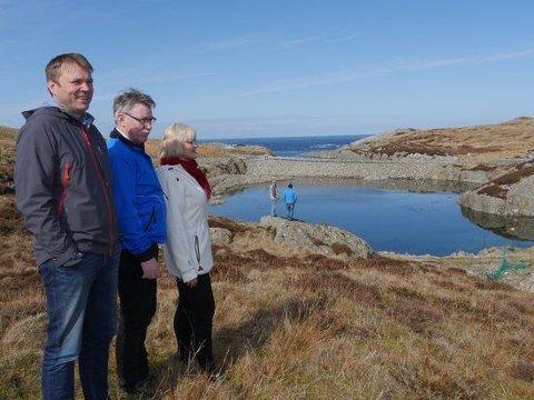 PÅ TOMTA: Hans Haddal (Frå venstre), Oddmund Storesund (i midten), og grunneigar Ann-Margrethe Grepstad på tomta der pilotnalegget på Bulandet kjem.