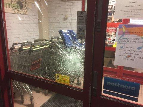 KNUST: Ruta er knust og døra broten opp. Det er ikkje kjent kva som eventuelt er stole frå butikken.