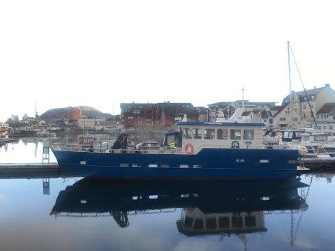 BÅTBRANN: Det kjem røyk ut av ein fritidsbåt som ligg ved Florevika gjesterbrygge.