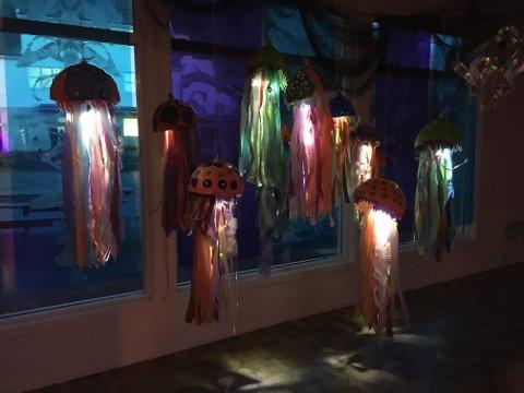 LYSFEST: Så snart mørket la seg over landskapet tredde den menneskeskapte lysfesten fram. Rare, vakre, overraskande lysfenomen dukka opp over alt nede i hamna.