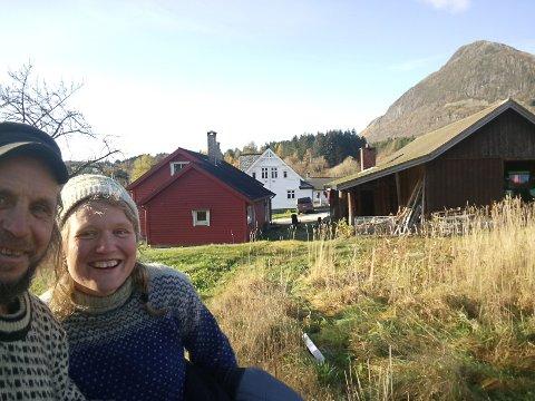 INSPIRASJON TIL NY BOK: Siri Helle og Asle Espeseth framfor huset dei har kjøpt i Holmedal.