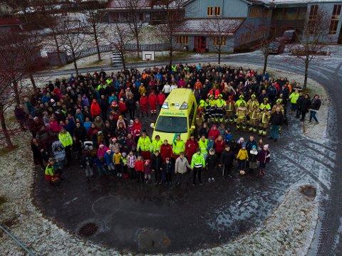 MYKJE FOLK: Over 250 personar møtte opp for å markere at ambulansen i Lavik er viktig for dei.