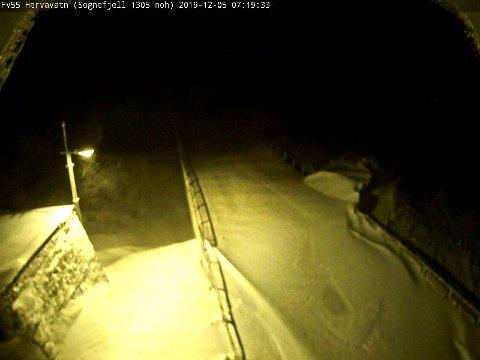 STENGT: Fylkesveg 55 over Sognefjellet er stengt. Her er eit bilde i dag tidleg frå Statens vegvesen sitt webkamera.