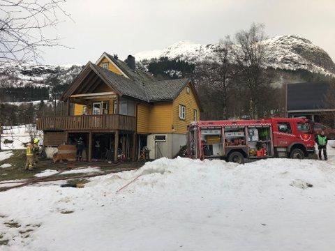 BRANN: Huseigar er på ferie, men er varsla om brannen. Klokka 10.19 var brannen sløkt.
