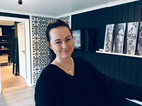 HAR KLART DET: – Mange har vore overraska over at det har gått så bra, fortel Marianne Hatlestad Ljungberg. I januar 2017 starta ho tatoveringsstudio i Balestrand. No har ho lange ventelister.
