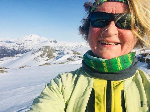 MYKJE ERFARING: Dagleg leiar i FjordTroll, Britt Hansen, har vore på mange vandreturar lokalt og i fjernare strok. Her frå Middagsnipa med Blegja i bakgrunnen.