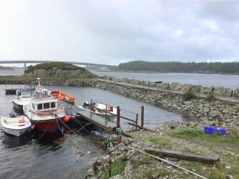HAMNA I MELVÆR: I Askvoll skal denne hamna seljast til høgstbydande. Prislappen er 150.000 kroner.