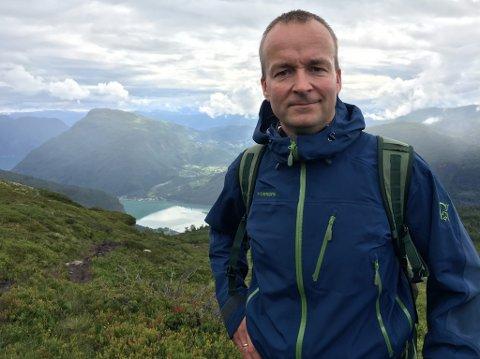 SKAL SKRIVE BOK: Rune Fossum Lillesvangstu er i gang med å finne historier og bilde til jubileumsboka til Førde IL.