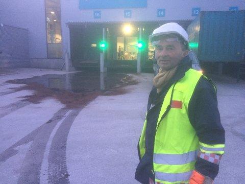 SPERRA AV: Ingen vart skadde i uhellet ved Postnord sin godsterminal på Skei. Området er no sperra av medan brannvesenet fjernar den etsande væska.