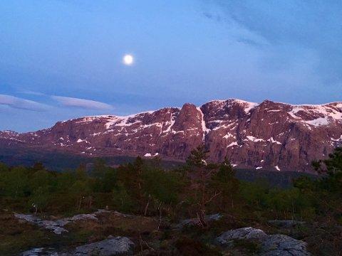 KULISSE: Heilefjellet på sørsida av Førdefjorden ruvar 1304 meter over havet. Bildet er teke seint om kvelden 17. mai.