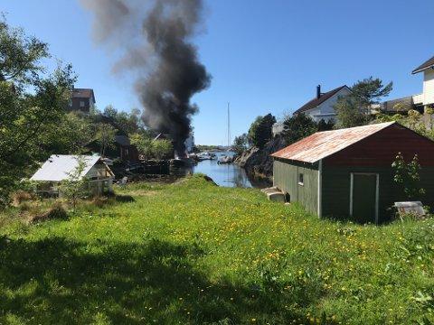 Ein seglbåt er overtent i Florø.