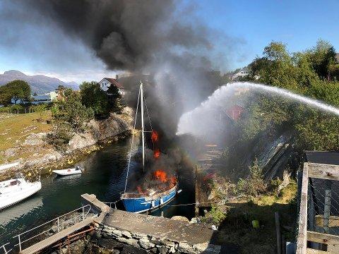 Brann i seglbåt i Håvågen i Florø. Brannvesen var raskt på staden.