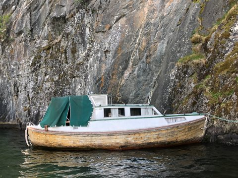 FORLATEN: Denne båten dukka opp i Kvernbergvika i Førde, lausleg fortøydd i fjellveggen rett under opninga i gamle Steinatunnelen.