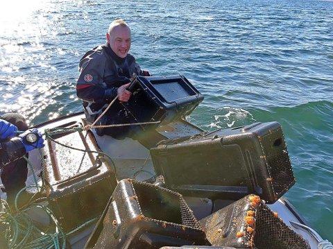 FANGST: Torgeir Hofsvik var ein av dei som dykka etter spøkelsesteiner i Åfjorden og Vilnesfjorden. Totalt henta dei opp ti teiner.