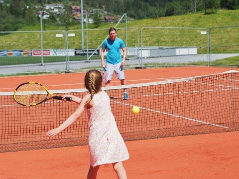 TENNISSPIRE: Ingrid Hammar slår eitt av dei første slaga på den nye tennisbana i Førde. Motstandaren er Bård Åsnes.