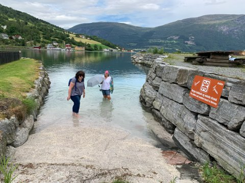 Badestranda har blitt populær blant turistar etter at skiltet vart sett opp.