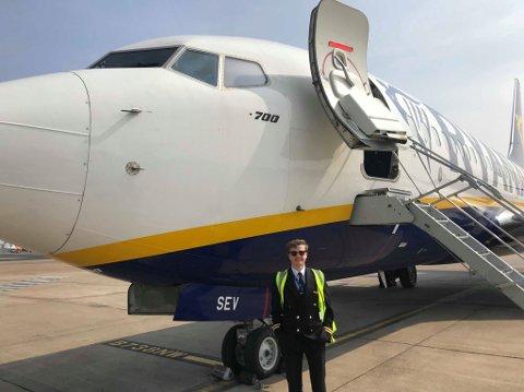 FEKK DRAUMEJOBBEN: Stian Hoff Loe har fått draumejobben sin som pilot i Ryan Air.