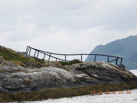 PLASTRING: Den store plastringen som ligg i fjæra i Gjøringbøvika stammar truleg frå eit tidlegare fiskeoppdrett.
