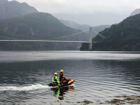 Det vart sett i gang ein stor leiteaksjon etter at ein mann fall frå ein båt i Dalsfjorden torsdag. Fredag vart namnet på den sakna mannen frigjeve av politiet.