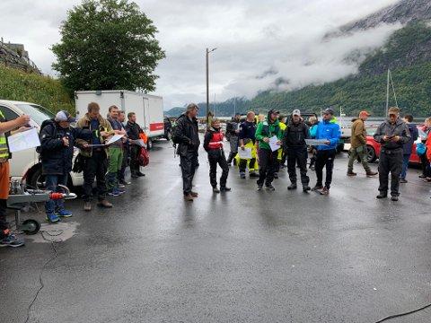KLARE TIL INNSATS: Om lag 30 frivillige frå Leikanger har mått opp for å delta i leiteaksjonen. Her er ei gruppe av dei under koordinasjonen av leitinga.