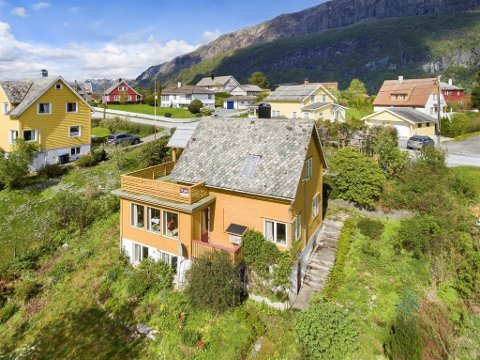TIL SALS: Huset i Bjerga 76 i Dale ligg ute til 990.000 kroner. Det har lege ute for sal sidan mai.