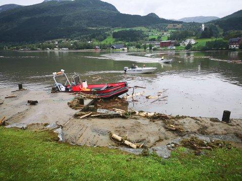 TILBOD OM BÅTSKYSS: Fleire av dei evakuerte i Jølster får no returnere til heimane sine, om dei ønskjer det. Bildet er frå båtaktiviteten på vatnet tidlegare på dagen.