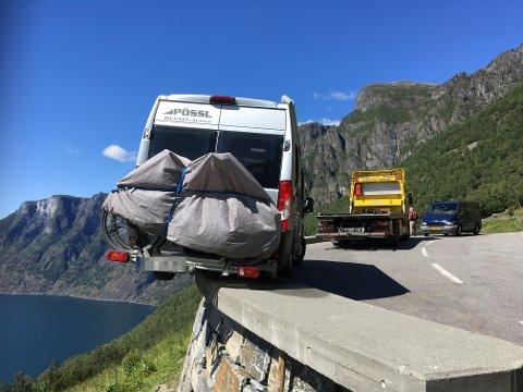 Dei tyske bubilturistane fekk seg eit lite sjokk då dei oppdaga korleis bilen stod etter at dei hadde parkert ved det populære utsiktspunktet Stegastein i Aurland. Bilberging måtte til for å få den på rett kjøl igjen.
