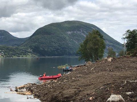 RØDE KORS: Flora og Førde Røde Kors Hjelpekorps søker etter sakna utanfor skredet ved Årneset i Jølster.