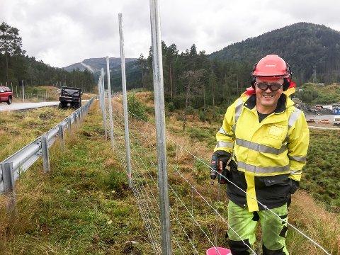 SISTE ETAPPE: Leidulf Bogstad  i BB Gjerdeservice hadde jobben med å sette opp hjortegjerde langs E39 ved Sande. No har Statens vegvesen funne pengar som opnar for at han kan sette opp ytterlegare 100 meter gjerde.