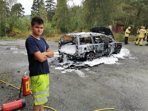 TAPT I BRANNEN: Simen Bjørkelo sin bil tok heilt uventa fyr på fredag. Han prøvde med brannsløkkingsapparat å berge bilen, men det lukkast ikkje. Då brannvesenet fekk sløkt brannen, var bilen totalvrak.