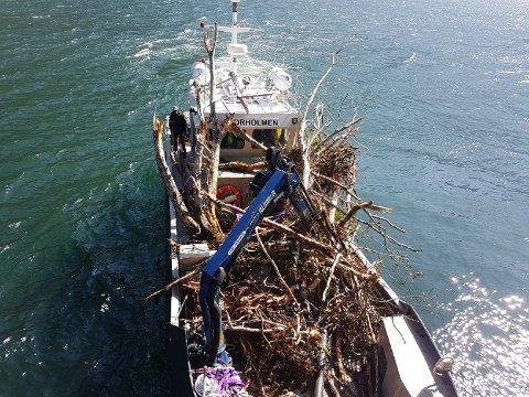 FULLASTA: Kystverket brukte ein båt med kran og stort arbeidsdekk til å frakte drivgodset. Den var fullasta kvar tur.