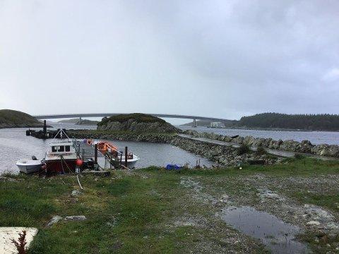 TIL SALS: Melværvågen Fiskerihamn vart etablert rundt 1977 og består av ein 60 meter lang molo. Taksten ligg på 150 000 kroner.