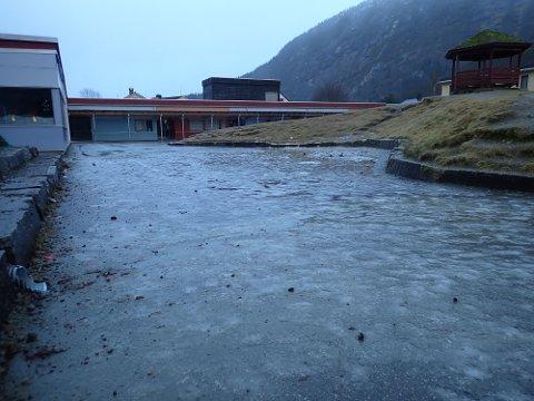 OPPRUSTING: Uteområdet ved Førde Barneskule frå førre vinter. Heile området er klart for ein kraftig opprusting, kan ikkje alle sjå det? spør artikkelforfattarane.