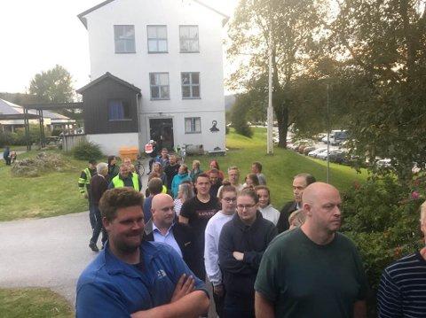 KØ HEILE KVELDEN: Utanfor vallokalet på Vassenden var det kø heile kvelden.  Det førte til at veljarar gav opp.