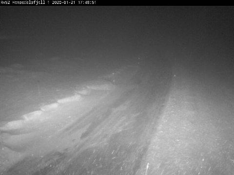 SNØFØYKE: Webkameraet til Statens Vesen på Hemsedalsfjellet viser at snøen driv godt inn i vegbana.