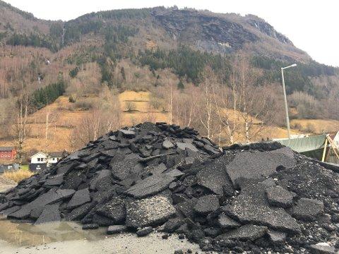 FJERNA: Denne haugen utgjer ein liten del av asfalten som ikkje heldt god nok kvalitet i Goteviktunnelen.