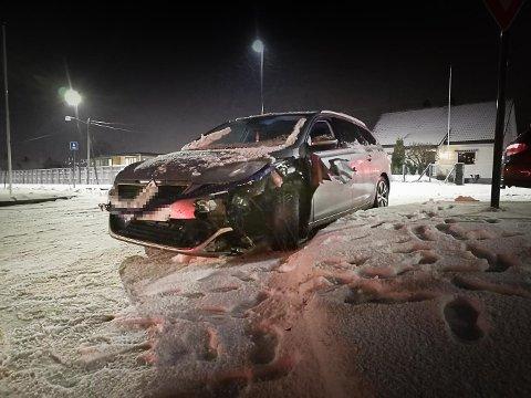 MATERIELLE SKADER: Den eine bilen har fått nesten heile venstre hjørne framme rive av i smellen.