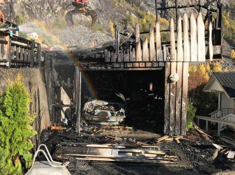 GJEKK TAPT: Garasjen med ein bil og MC gjekk tapt etter ein brann i Gaupne onsdag.