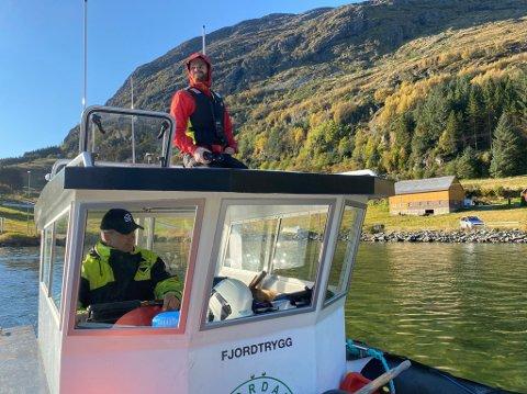 LEITAR: Bjarte Engevik styrer båten Fjordtrygg. På taket sit Johannes Bolstad (27).
