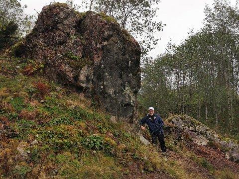 I DEKNING: Bak denne steinen stod Lars Sæterdal, mens stein og fjellblokker hagla forbi.