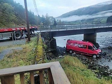 I ELVA: Ein bil hamna utfor vegen og blei ståande med framhjula i elva ved Eldalsosen bru i Viksdalen måndag morgon.