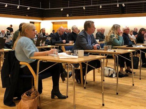 UNDER MØTET: Denne torsdagen er Sunnfjord-politikarane samla til kommunestyremøte i festsalen i Førdehuset.
